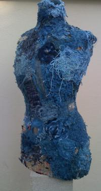 Création textile, incrustations métal, teinture au bleu de pastel. Sur mannequin des années 1920.
