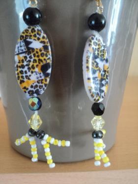 Boucles d'oreilles pour oreilles perc�es style africain, perles ovale en porcelaine, perles en porcelaine noire et rocaille jaune