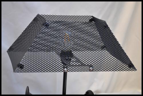 Abat-jour rectangulaire ou carré trapézoïdale. Réalisation avec une grille décorative en acier. Modèle présenté Lg.40 cm x lg.25 cm, peinture noir vernis. Prix à partir de 50 euros, sur mesure et sur commande.