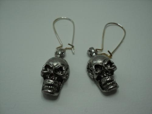T�TE DE MORT: Boucles d'oreille pour oreilles perc�es compos�es d'une t�te de mort en m�tal argent�.Crochet en m�tal argent�