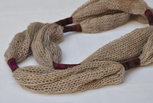 Collier �charpe beige tricot et feutre (pure laine)