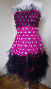 Robe bustier.   Toile plastifi�e pour r�aliser cette robe structur�e, pliss�e afin de marquer la taille.   Volants de tulle sur le pas et sur la poitrine.   Autre coloris et taille sur demande