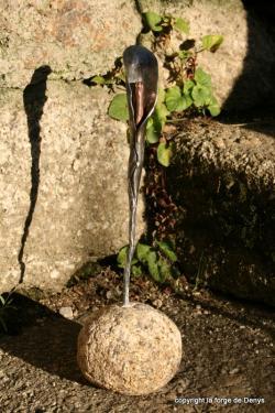 Arum forgée celée dans un galet de granit