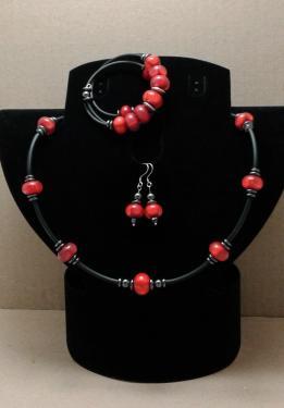 Ensemble collier de perles de verre, boucles d'oreilles inox / verre / h�matite, bracelet � m�moire de forme verre et h�matite.