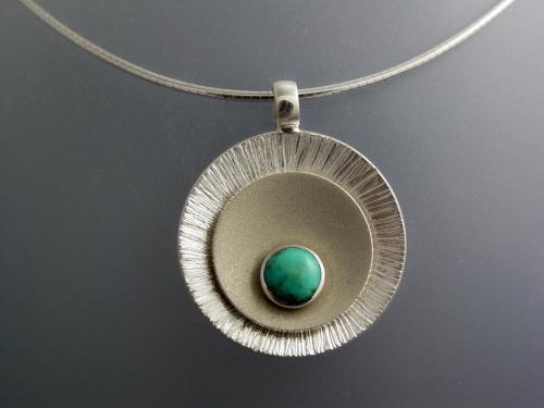 Collier mat brillant turquoise serti clos