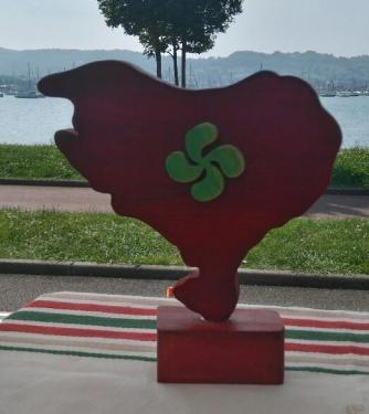 Pays Basque orné d'une croix basque sur socle En hêtre ou platane