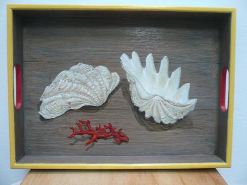 plateau rectangulaire, 31X43. acrylique sur bois. thème: coquillage (bénitier) et corail rouge. 2016