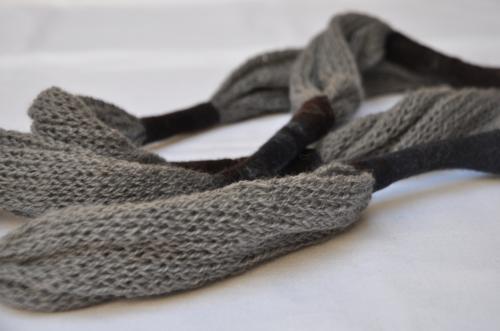 Collier �charpe gris tricot et feutre (pure laine)