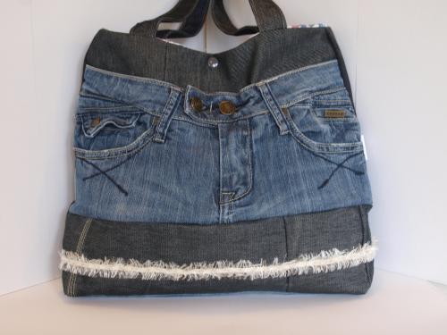 sac à main création artisanale, jean recyclé , porté épaule Matériaux utilisés: Coton, Jean  ce sac a été crée à partir de 4 jeans de coloris différentes  il se porte à l'épaule avec deux anses en jean de 60cm  il est doublé avec un tissu imprimé fleur en coton, doté d'une poche 21x10.5cm  il se ferme avec un bouton pression plastique kam  ses dimensions: hauteur 32cm, largeur 34cm en bas, 32cm en haut, profondeur 10cm  il est lessivable à 30°C  C'est une création unique qui n'attend plus que vous pour être adoptée et portée