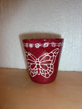 Cache -pot couleur pourpre  afin d?agrémenter votre table de réception d?un petit bouquet. Article de couleur chaude   avec un papillon   diamètre 10 cm.  En vente sur le site, cliquez sur :   http://www.alittlemarket.com/accessoires-de-maison/pot_fleuri_pourpre_papillon_pour_une_decoration_de_table-7130191.html