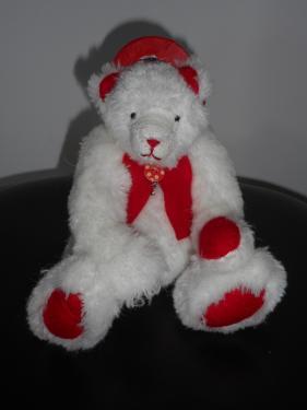 23cm peluche blanche - feutrine rouge kapok yeux en verre noir+ nez brodé bras et jambes articulables Chapeau & gilet Septembre 2016