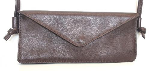 pochette format chéquier en cuir de veau 1 poche zippée au dos 2 compartiments intérieurs dont 1 à fermeture éclair et un petit compartiment à cartes
