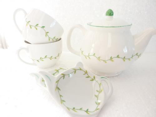 Ensemble théière en porcelaine de Limoges, reposes thé et tasses feuillages houx. Ce motif couleur feuillage houx vous permettra de vous évader en pleine campagne. Passe au lave vaisselle. La dimension de la théière est : hauteur 14 cm , 21 cm longueur et 13 cm largeur. La dimension des tasses est : 9 cm , 11 cm et 7 cm de hauteur. La dimension des reposes thé est de 11,2 x 8,6 cm hauteur 4,5 cm. En vente sur le site, cliquez sur :  http://www.alittlemarket.com/vaisselle-verres/fr_ensemble_theiere_reposes_the_et_tasses_feuillages_houx_-9240285.html