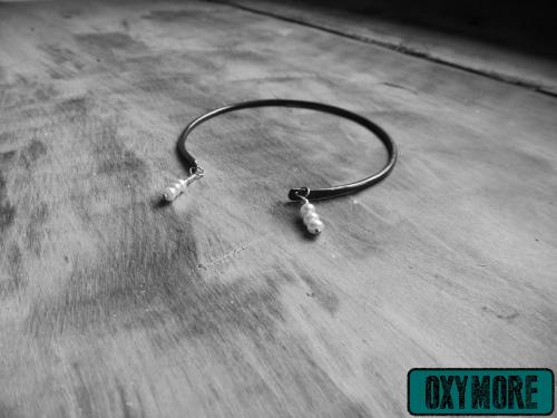 Yunitto 2 : Bracelet en Cuivre Oxydé et lissé. 3 Perles d'Eau Douce Blanches sont suspendues de chaque coté.  https://oxymore-creations.com/fr/bracelets/30-yunitto-2.html