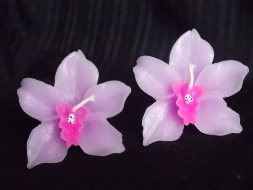 Bougie flottante en forme d'orchid�e  de couleur rose et violet Dim de 8 cm Dur�e allum� : 2h environ vendu par 2