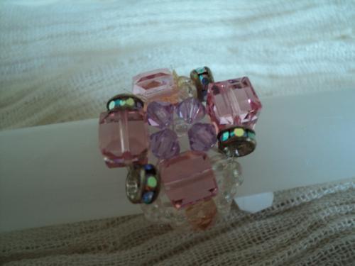Bagues composées de perles cubiques en verre rose, de toupies en cristal de swaroski parme et et des anneaux strass transparent