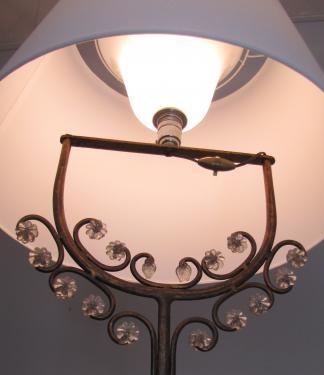 Lampadaire style art nouveau en fer forgé et pampille de verre, abat-jour conique en soie dans les tons blanc-écru.