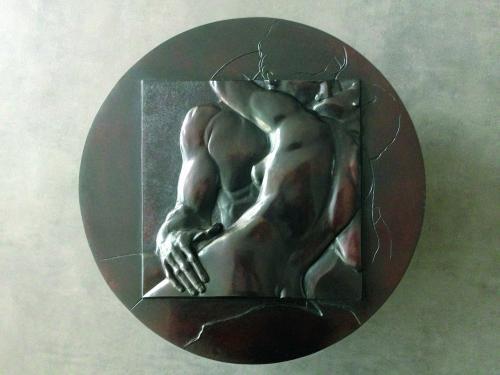 Un d�tail du Baiser de Rodin, diam�tre 450 mm, bronze 1/8.