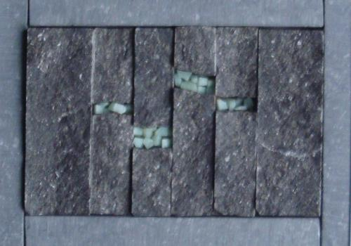 Gisement 1 Mosa�que de pierre bleue et p�te de verre dans cadre  alu de 13 x18 cm