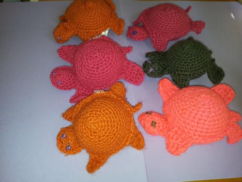DOUDOUS TORTUES REALISEES  AU CROCHET EN LAINE DE DIFFERENTES COULEURS yeux brodés
