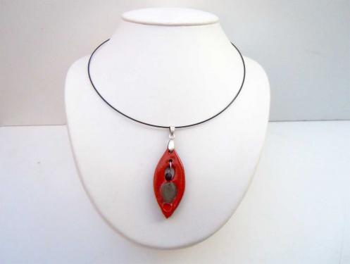 Collier léger feuille rouge