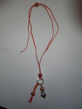 Sautoir ( ajustable) cordon suédine orange, breloque poisson argenté, perle magique et perles synthétique orange, rouge Réf: CO59