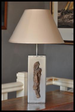 Lampe déco bois N°3 Corps en acier vernis Abat-jour diamètre 30 cm. Hauteur total 50 cm.
