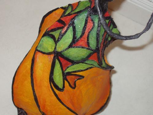 Petite Tiffany lumineuse: Détails d'un travail sur un modèle clin d'oeil à Tiffany, créateur verrier de l'Art Nouveau américain. Les lumineuses d'Apiki peuvent être recrées non pas à l'identique, puisque chaque pièces est unique mais vous pouvez vous inspirer des grandes pour créer la vôtre à votre budget