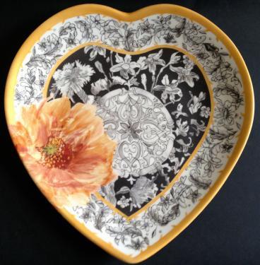 Assiette coeur plat principal motif fleurs. Référence: Diamètre: Sur commande délais nous consulter.