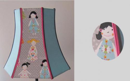 Pagode hexagonale, 3 pans motif enfants, 3 pans unis. Chaque pan est agrémenté de soutaches de deux couleurs en rappel du colori de l'imprimé.