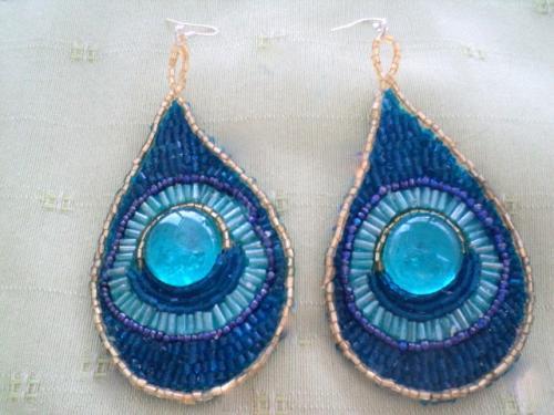 boucles d'oreilles en feutrine bleue recouverte,d'un galet bleu et entour�e de perles rocailles bleues et or, perles tube bleues et dor�es. Boucles d'oreilles pour oreilles perc�es
