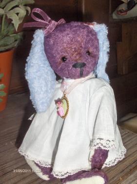 Lapin en viscose - pièce unique entièrement cousue à la main avec articulations à l'ancienne. Petite robe ancienne et collier avec médaillon en pâte fimo