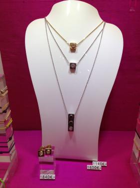 Pendentif Bricc monté sur chainette (45 cm), l'ensemble en or 18 carats jaune, rose ou blanc.  Prix boutique.