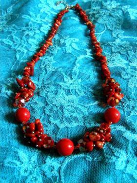 Collier en corail et en céramique: http://www.alittlemarket.com/collier/fr_corail_rouge_collier_mi_long_pour_les_fetes_-14519757.html