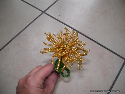 Mini chrysanthème de couleur or avec ses 3 feuilles Prix unitaire de 3 euros Couleur sur demande possible. Peut être mit au cimetière