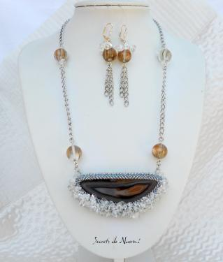 Pendentif en agate naturelle sertie avec perles et chips en quartz et boucles d'oreilles montées avec des dormeuses coloris argent : longueur 7 cm avec les boucles. Le collier mesure 56 cm de long , la chaîne est en métal rhodié.