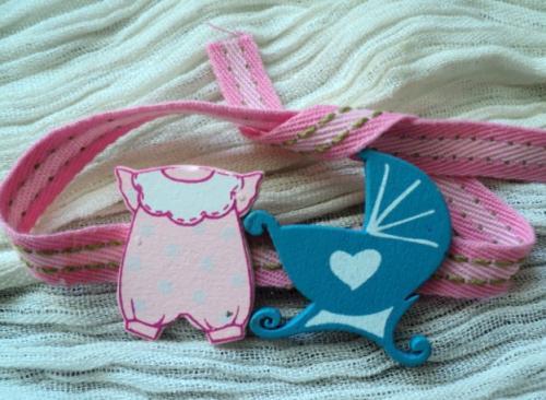 NOUVEAU NE: Bracelet pour enfant, ruban de coton rose , décoré de petits sujets en bois. S'adapte à toutes les tailles de poignet.