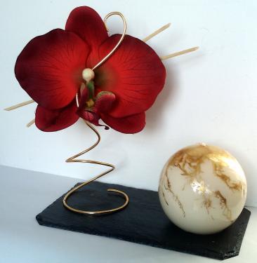 Porte Bougie Orchidée Rouge  Dimensions du socle : 16cm de long. 9cm de large.  L'ardoise est vernie.  La bougie est en cire végétale et recouverte d'un vernis. Son diamètre est de 6 cm. (d'autres coloris de bougie sont disponibles sur simple demande)
