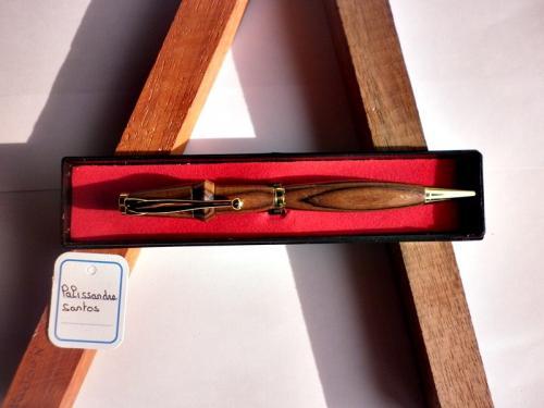 quoi de mieux que d'offrir un cadeaux qui servira au quotidien a un être cher. La personne a qui vous l'offrirez aura une pensée pour vous chaque fois qu'elle utilisera ce stylo. ce stylo est tourné sur mon tour a bois, par moi-même dans mon atelier Bressan.le bois utilisé est du palissandre santos. ce stylo est livré dans un écrin plastique prêt a offrir. Ce stylo est unique et vous recevrez celui de la photo