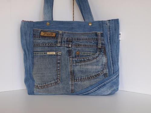 sac à main en patchwork de jean, made in france, porté épaule Matériaux utilisés: Coton, Jean  ce sac à main a été crée à partir de deux jeans denims recyclés, il comporte 4 poches extérieures fonctionnelles, récupérées sur les jeans  il est doublé avec un tissu toile de Jouy blanc et rouge, avec une grande poche séparée en deux: 11.5x14cm, 12x14cm  il se ferme avec deux boutons pressions plastiques Kam, placés sous les anses  ses dimensions: hauteur:29cm, largeur bas:31.5cm, profondeur:9cm  il est lessivable en machine à 30°C  ce sac est idéal pour le printemps et l'été, léger, pratique et unique