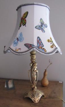 Abat-jour à festons en soie et coton, tissu tendu par panneaux de deux, le tout souligné d?une double soutache. Associé à un joli pied en bronze.