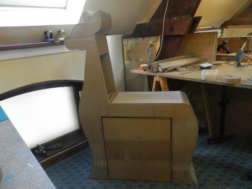 Girafe en carton (table à langer)  1M50 DE HAUTEUR 1M DE LONGUEURS 30CM DE PROFONDEUR avec commode sur roulettes qui se glisse dessous. Range couches dans le cou de la girafe. Finition en papier lokta de couleurs ivoire,café au lait et chocolat. Ce meuble peut aussi servir de bureau avec un rangement (la commode) indépendant