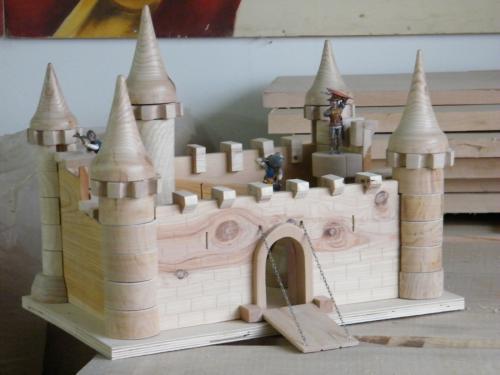 Chateau-fort, tours en fr�ne, toits en ch�taignier, murs en c�dre, escaliers int�rieurs en h�tre.