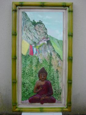 peinture sur panneau ch�ne repr�sentant le monast�re Lakastang. Bouddha sculpt� en rond de bosse. dimension 114 cm * 63 cm