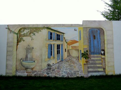 Ce trompe-l??il de 5mx3m de hauteur a été réalisé sur un mur préparé pour que la peinture tienne dans le temps. Il ouvre l'espace du jardin et donne l?illusion de l'infini, la rue ce dégage au loin sur des montagnes.