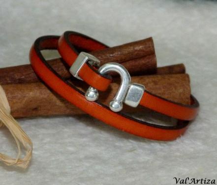 Bracelet cuir double rang, fermoir fer à cheval métal argenté.