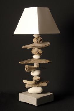 L65NATEMP : une lampe en galets et en bois flotté et abat-jour pyramidal blanc. L17 P17 H 65 douille E27 ampoule 15 watt max non fournie
