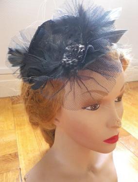 Coiffe - Bibi sur serre-t�te   Bibi noir, sur un support rigide, plumes, volants de tulle et fleur en d�coration   D'autre coloris sur demande