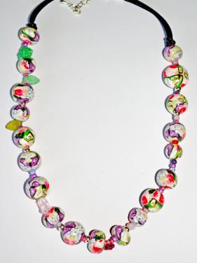 Ce collier r�alis� en pi�ce unique, apportera une note chic et class autour de votre cou. Multicolore