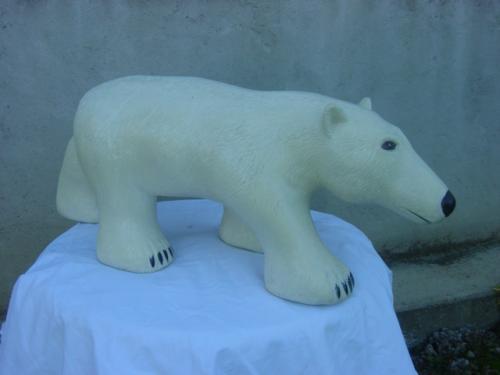 ours blanc r�alis� en taille directe et en cerisier . longueur 75 cm  35 kgs